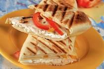 Kuřecí panini se sýrem a paprikou.