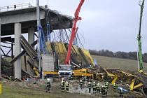 Na severovýchodě Slovenska u obce Kurimany nedaleko Spišské Nové Vsi se v sobotu odpoledne zřítil rozestavěný most přes budovanou dálnici.