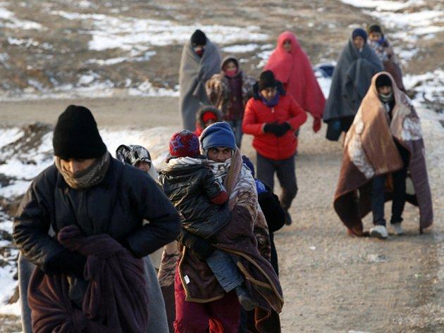 Evropská unie zvažuje další možnosti, jak zpomalit vlnu migrantů přicházejících do Evropy a jednou z nich je zablokování průchodu uprchlíků do Makedonie z Řecka, přes něž míří většina uprchlíků na cestě na západ a sever kontinentu.