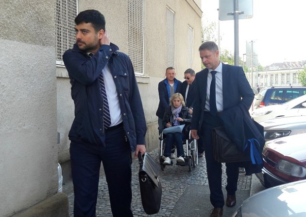 Advokát Jevgenije Nikulina Martin Sadílek, v pozadí Nikulinovi rodiče