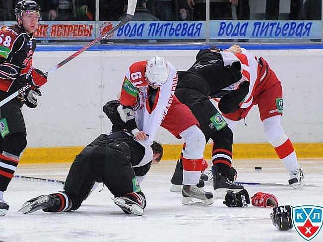 Bitka mezi hokejisty Omsku a Čechova.