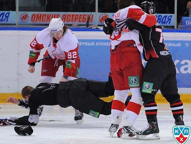 Šílení hokejisté Čechova napadli Čechy v dresu Omsku.