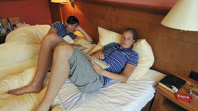 Basketbalistky Markéta Bednářová s Michaelou Hartigovou (vzadu) odpočívají během soustředění ve Špindlerově Mlýně.