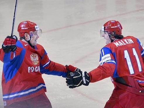 Jevgenij Malkin (vpravo) se raduje z gólu se střelcem Perěžoginem.