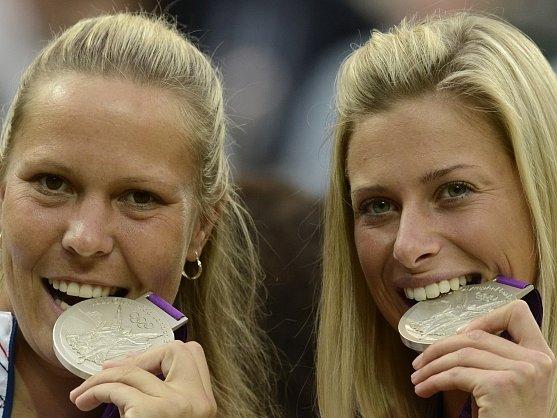 Andrea Hlaváčková (vlevo) s Lucií Hradeckou testují kvalitu olympijského stříbra.