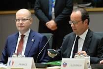 Český premiér Bohuslav Sobotka (vlevo) a končící francouzský prezident Francois Hollande.