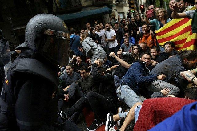Konflikt mezi pořádkovými silami a katalánskými separatisty během protiústavního referenda o odtržení regionu