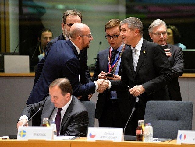 Nový český premiér Andrej Babiš (druhý zprava) se 14. prosince 2017 v Bruselu v jednací místnosti Evropské rady zdraví s belgickým kolegou Charlesem Michelem. Prosincový summit EU je pro Babiše prvním v jeho nové roli.