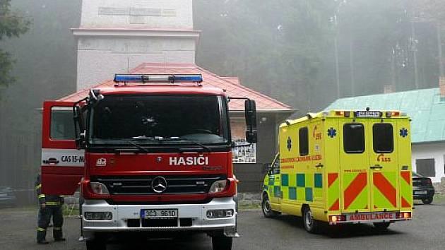 Krátce před jednou hodinou odpoledne se do lesa poblíž rozhledny Javorník zřítilo malé dopravní letadlo. Na palubě byli dva lidé, muž a žena. Muž podlehl zraněním na místěm, ženu letečtí záchranáři transportovali na ARO českobudějovické nemocnice.