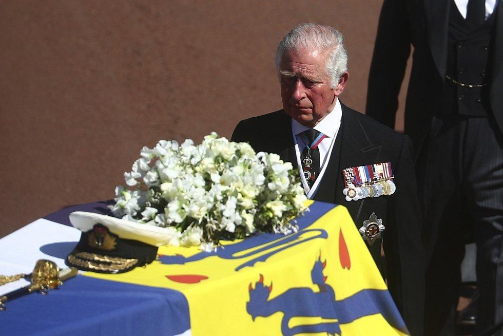 Princ Charles ve smutečním průvodu.