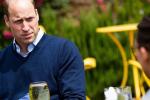 Princ William při znovuotevření jedné z místních hospod, kde si objednal cider.