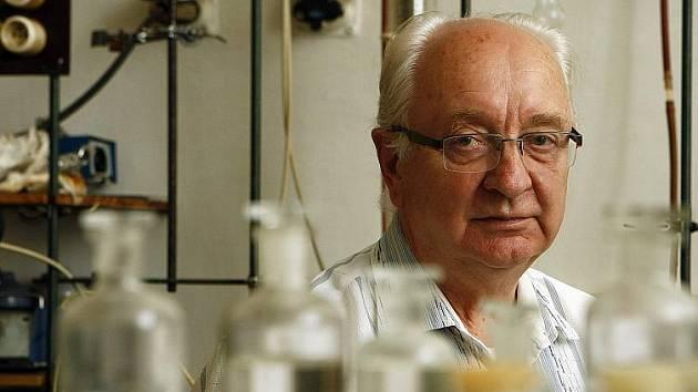 Prof. Ing. Josef Pašek je držitelem prestižního ocenění Cena Sazky za mimořádné vědecké výsledky v oblasti chemické technologie a jeho příkladné počiny při vývoji mnoha technologií, realizovaných v chemickém průmyslu.