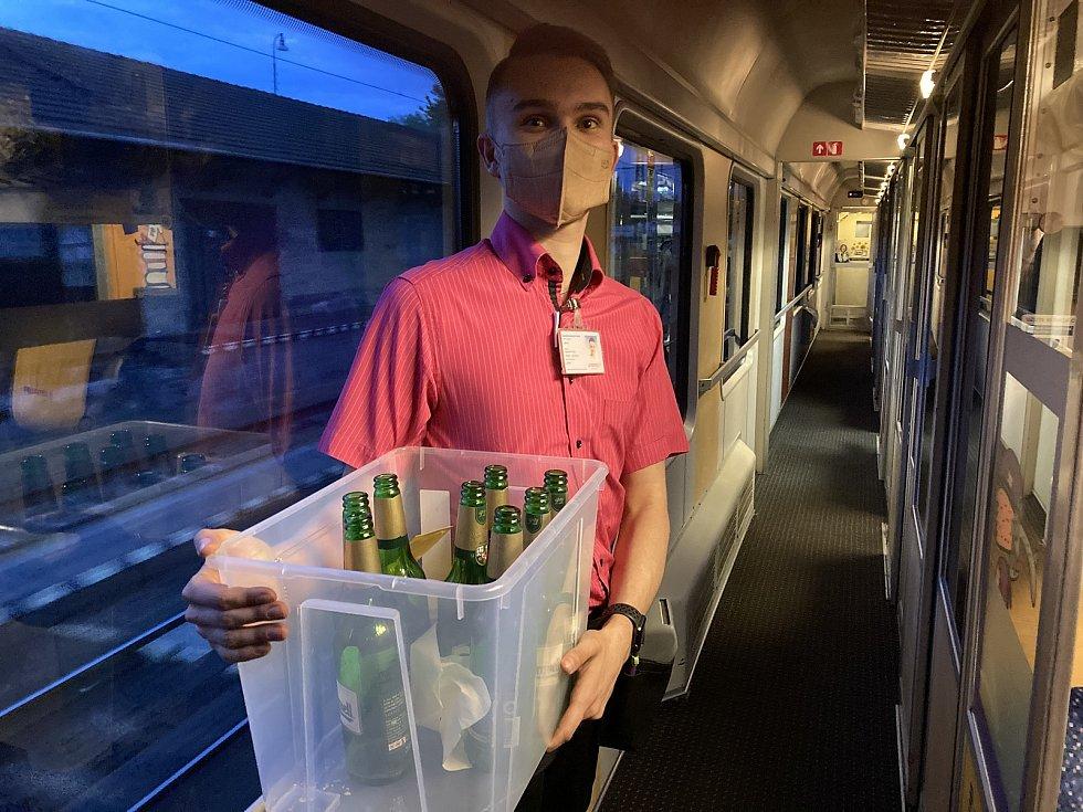 Stevardi měli v prvním vlaku do Chorvatska spoustu práce s odnášením prázdných lahví od piva.