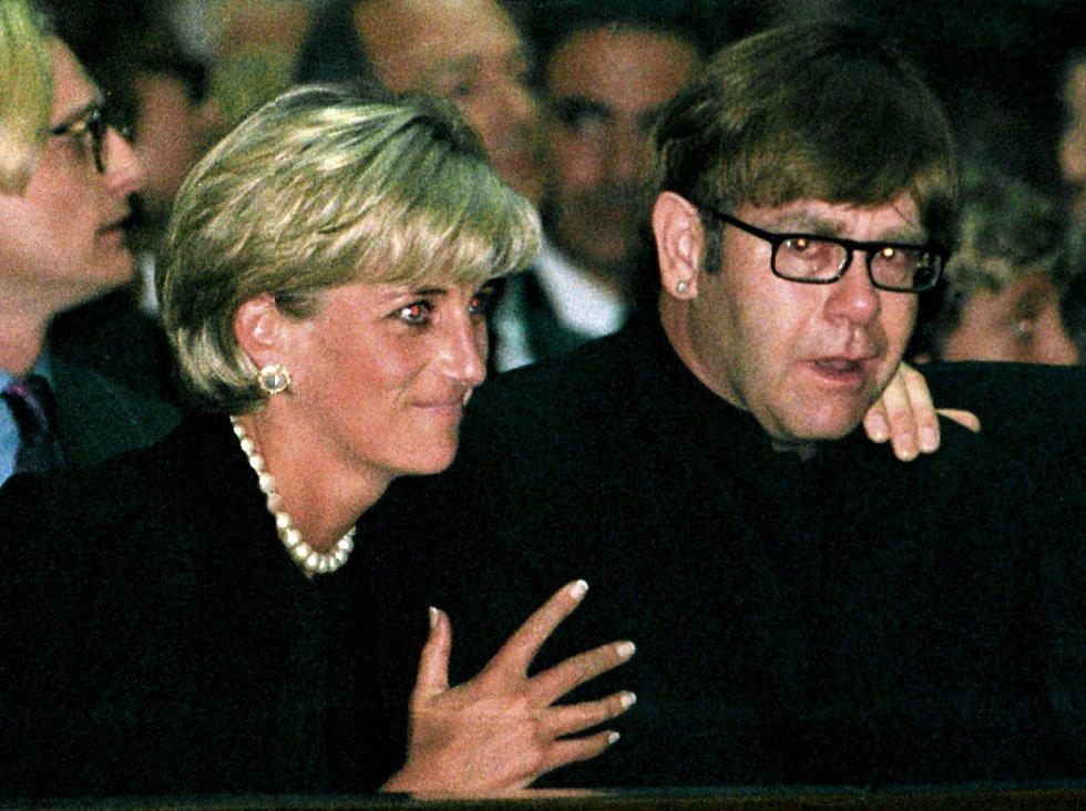 Princezna Diana měla mezi přáteli i mnoho celebrit, třeba hudebníka Eltona Johna. Na snímku jsou spolu zachyceni na pohřebu zavražděného módního návrháře Gianniho Versace.