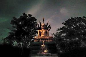 """Socha znázorňuje Budhu, kterýje chráněn mýtickým hadem """"naga"""" se sedmi hlavami."""