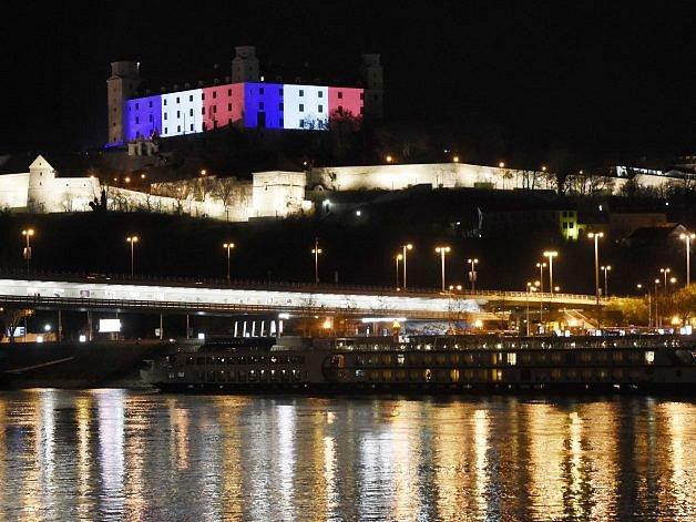 Bratislavský hrad se zahalil 14.listopadu do barev francouzské trikolory na znamení solidarity sPaříží, kde vpátek došlo kteroristickým útokům.