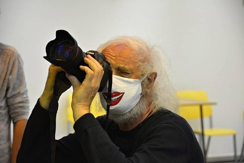Světově uznávaný fotograf Jindřich Štreit během focení ve věznici ve Světlé nad Sázavou