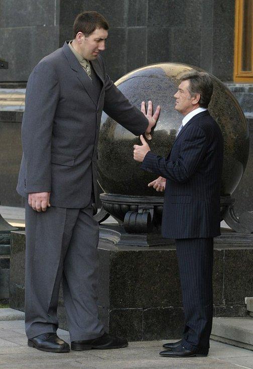 S ukrajinským nejvyšším přestavitelem Juščenkem si popovídal nejvyšší muž světa Stadnyk.