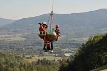 Letečtí záchranáři zasahovali ve středu u zraněného paraglidisty v Beskydech.