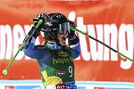 Novozélandská lyžařka Alice Robinsonová se raduje ze svého vítězství v závodu obřího slalomu Světového poháru v rakouském Söldenu.