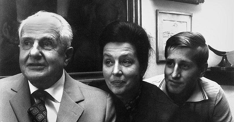Rodina. Otec a syn Vydrovi a maminka Dana Medřická.