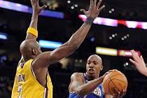Chauncey Billups (vpravo) se proti Lakers vytáhl.