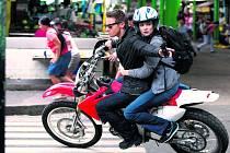 V AKCI. Jedna z honiček, kterou už známe z předchozích filmů o Bourneovi – Aaron a lékařka Marta na zběsilé jízdě městem (Jeremy Renner a Rachel Weisz).