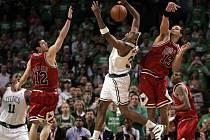 Hvězdy Celtics se proti obraně Chicaga prosazovaly jen těžko. Na snímku je Paul Pierce (uprostřed), bráněný Joakimem Noahem (vpravo) a Kirkem Hinrichem (vlevo).