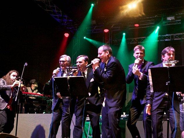Noční koncert Vojty Dyka s jazzovým B Side Bandem se odehrál v ukrutném slejváku. Přesto rozvášnil publikum, ostatně, kromě Dyka se tu rozvášnil i Jiří Bartoška, Aleš Najbrt a výkonný producent festivalu Kryštof Mucha.
