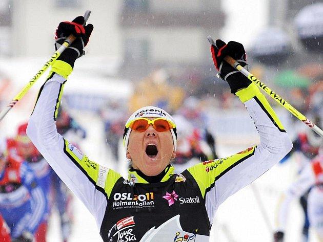 Slovinka Petra Majdičová se raduje z výhry na desetikilometrové trati v rámci Tour de SKi.