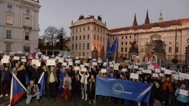 Na Hradčanském náměstí v Praze se 17. října konala demonstrace proti Andreji Babišovi a Miloši Zemanovi s názvem Pánové, končíme!