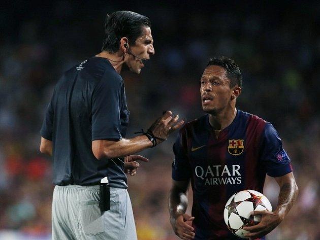 Barcelona - Apoel: Dani Alves v diskusi se sudím