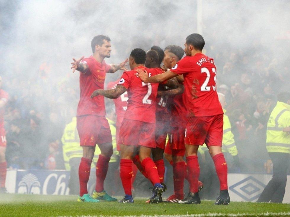 Fotbalisté Liverpoolu se radují z gólu proti Evertonu.