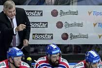 Trenér Vladimír Vůjtek uděluje pokyny na české střídačce v zápase s Finskem.