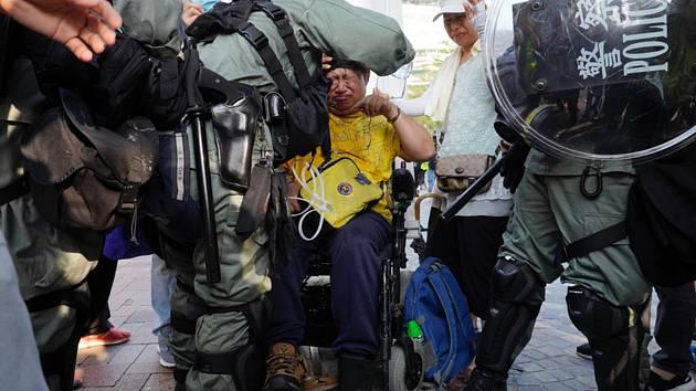 Protivládní shromáždění v Hongkongu 27. října 2019. Na snímku policejní složky zasahují proti demonstrantům