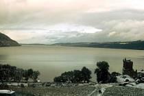 Pohled na skotské jezero Loch Ness, kde má přebývat bájná lochneska