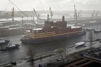 Plovoucí jaderná elektrárna Akademik Lomonosov v přístavu