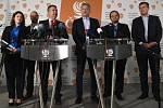 Předseda ČSSD Jan Hamáček (třetí zleva) a členové grémia strany (zleva) Jana Maláčová, Ondřej Veselý, Roman Onderka, Michal Šmarda a Tomáš Petříček