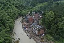 Záchranáři v provincii Če-ťiang na východě Číny pátrali 10. srpna 2019 po obětích sesuvu půdu způsobeného tajfunem Lekima
