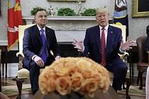 Americký prezident Donald Trump (vpravo) a jeho polský protějšek Andrzej Duda