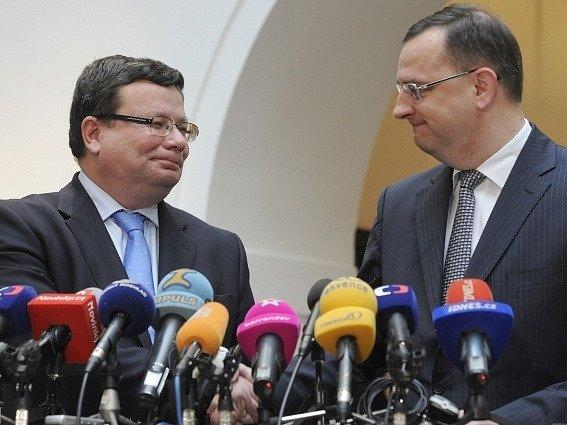Ministr obrany Alexandr Vondra (vlevo) a premiér Petr Nečas vystoupili 28. listopadu v Poslanecké sněmovně na společné tiskové konferenci, kde Vondra oznámil svou rezignaci.