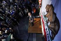 Jerry Brown v listopadových volbách porazil republikánskou podnikatelku-miliardářku Meg Whitmanovou.