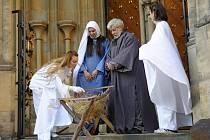 Zlatá brána katedrály svatého Víta náleží na první a druhý svátek vánoční již tradičně Živému Betlému Divadla Apropo.
