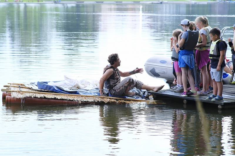 Děti zachraňují trosečníka.