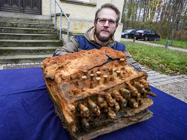 Potápěči našli na dně Baltského moře válečný šifrovací stroj Enigma.