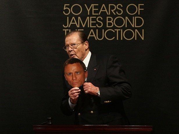 Sir Roger Moore s maskou současného Jamese Bonda, herce Daniela Craiga.