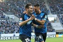 Hráči Hoffenheimu se radují z vítězného gólu.