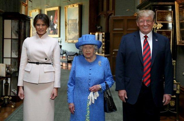 Alžběta II. si vzala na setkání sTrumpem brož od jeho předchůdce.