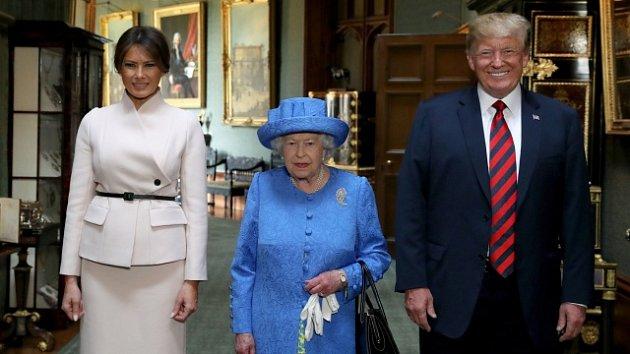 Alžběta II. si vzala na setkání s Trumpem brož od jeho předchůdce.
