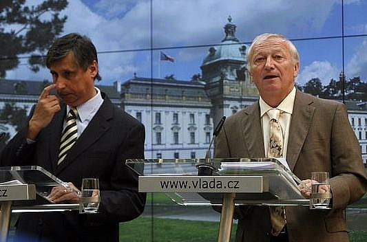 Premiér Jan Fischer s ministrem financí Eduardem Janotou